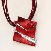 Bőr nyaklánc szögletes zománc medállal és fülbevalóval, piros
