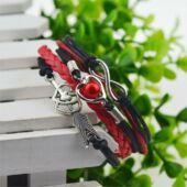 Többrétegű fonott szíjas karkötő szív, nyíl és végtelen motívumokkal, fekete-piros