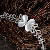 Ezüst színű virág motívumos karkötő kristályokkal