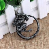 Alien jellegű medál nyaklánccal, ezüstözött