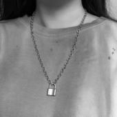 Nemesacél lakat nyaklánccal, ezüst színű
