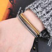Kézzel készült fémgyöngy és makramé karkötő, fekete