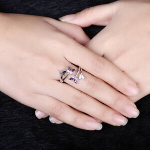 Pillangómotívumos állítható méretű gyűrű lila cirkóniummal