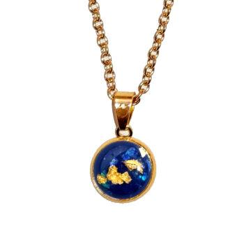 Kék-arany üveglencsés medál lánccal, választható arany és ezüst színben