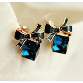 Fekete masnis kék kristálykocka fülbevaló
