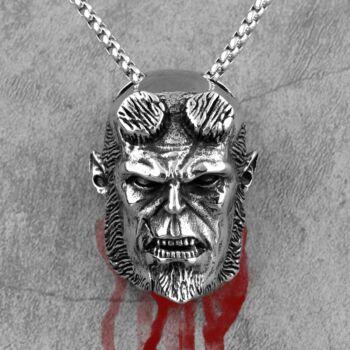 hellboy-medál nyaklánccal
