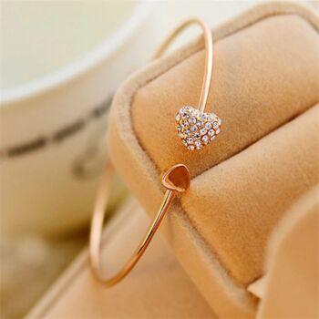 Szív motívumos nyitott karperec, arany színű