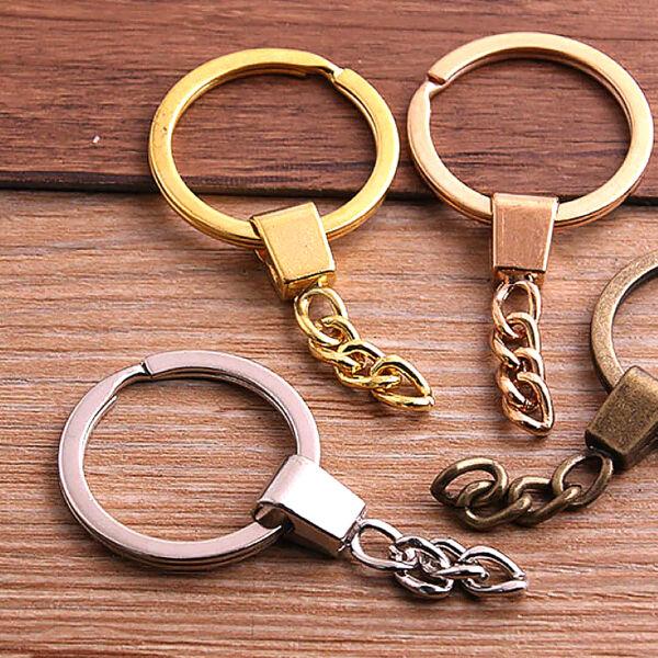 Arany színű kulcstartó. Kulcskarika mérete kb. 3 cm. Anyaga cink ötvözet, fém.