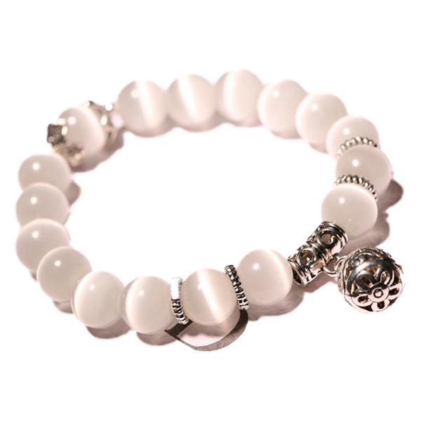 Fehér mesterséges opál karkötő, ezüst színű fém charmmal