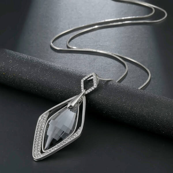 Hosszú nyaklánc kristályokkal díszített rombusz köves medállal