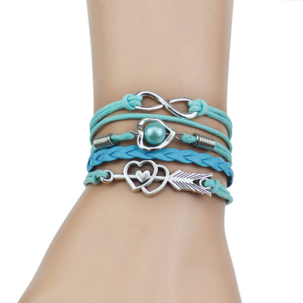 Többrétegű fonott szíjas karkötő szív, nyíl és végtelen motívumokkal, kék