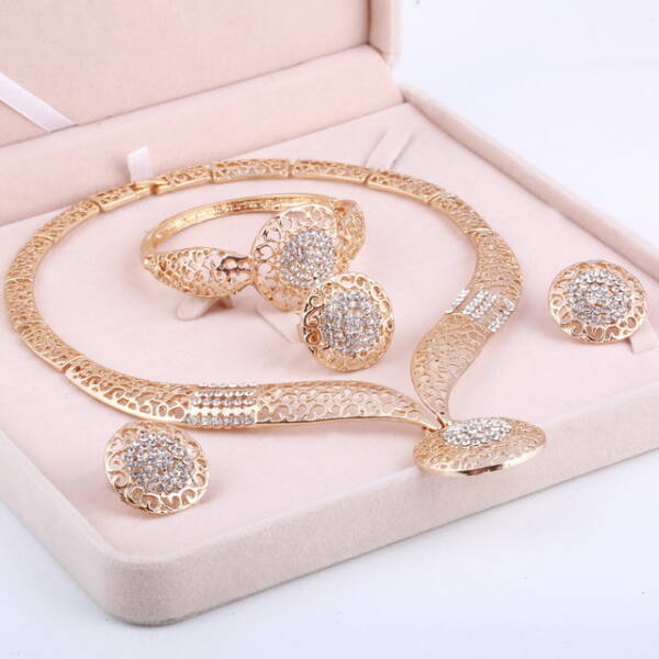 From Maria King Arany színű, különleges fazonú nyaklánc, fülbevaló, karkötő és gyűrű szett